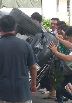 Hà Nội: Xe con đâm gãy cây, lật ngửa giữa đường
