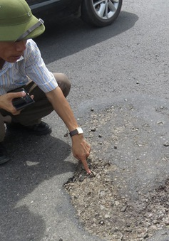 """""""Hóa chất lạ"""" phá hoại mặt đường quốc lộ 1A là nhựa thông"""