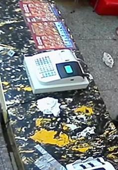Trung Quốc: Mẹ đánh con dã man chỉ vì làm rơi bánh