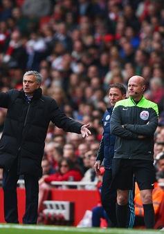 """""""Than nghèo kể khổ"""", Mourinho chạm tự ái của Wenger"""