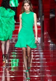 Versace thắp sáng sàn diễn với thiết kế sắc màu