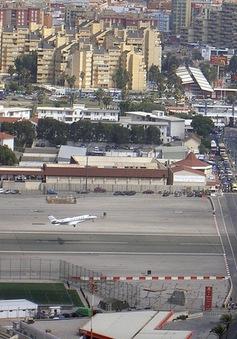 Sân bay kỳ lạ nhất thế giới: Nơi quốc lộ chia cắt đường băng