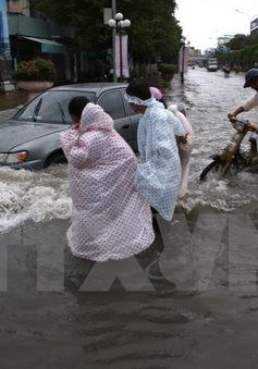 Nhiều tuyến đường ở Cần Thơ ngập sâu do mưa lớn kéo dài
