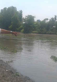 Một cán bộ lao xuống dòng nước xiết cứu sống 2 nữ sinh đuối nước