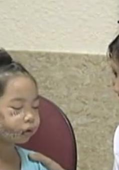 Bé gái 8 tuổi bị chó cắn vùng mặt, phải khâu hơn 200 mũi