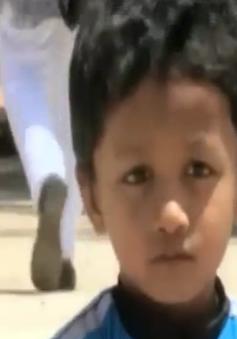 Ấn Độ: Bé trai 7 tuổi trượt ván điêu luyện dưới gầm xe