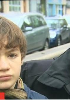 Thót tim cảnh cha quay lại cứu con trong vụ khủng bố ở Paris