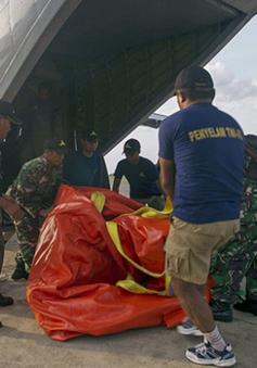Indonesia sử dụng khinh khí cầu trục vớt đuôi máy bay QZ8501