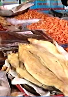 Hơn 50% mẫu cá khô dính chất diệt côn trùng ở Bình Dương