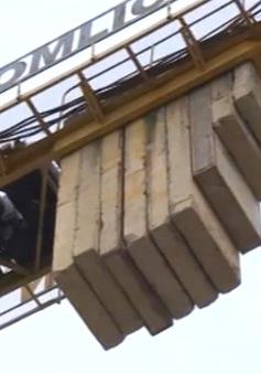 Nguy hiểm rình rập từ cần cẩu công trình xây dựng