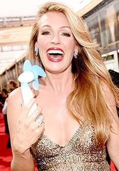 """Tới dự Emmy 2015, dàn sao """"khủng"""" phải mang theo…quạt"""