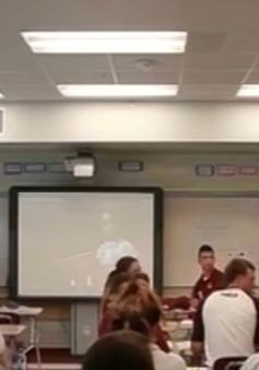 Màn cầu hôn siêu lãng mạn ngay trong lớp học của thầy giáo trẻ