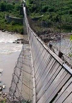 Kon Tum: Cầu treo đứt cáp, người và bò văng xuống sông