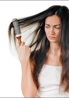 10 thói quen hàng ngày dễ khiến tóc hư tổn