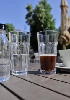 Cà phê trong suốt không làm xỉn màu răng