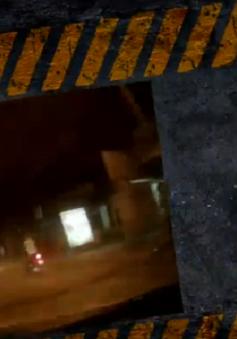 """Thanh niên đi xe máy trong """"tích tắc"""" có thể nằm dưới… gầm xe tải"""