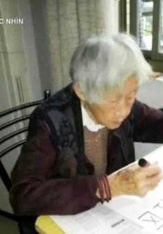 Khâm phục cụ bà 100 tuổi quyết tâm học chữ