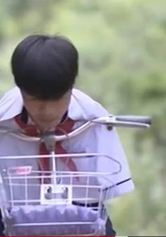Nghị lực cậu bé không tay đi xe đạp tới trường