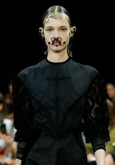 Các quý cô có ria trong BST mới của Givenchy