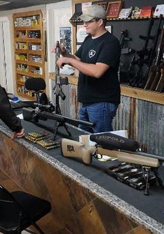 Số người đăng ký mua súng tại Mỹ tăng mạnh