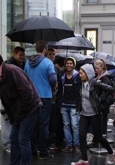 Dòng người xếp hàng mua iPhone 6S bất chấp mưa lạnh