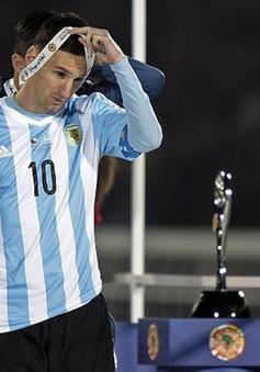 """Messi từ chối danh hiệu Cầu thủ xuất sắc nhất: Hỏi """"đá"""" có buồn không?"""