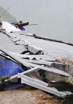 Lốc xoáy làm sập và tốc mái 45 nhà dân tại tỉnh Tiền Giang
