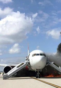 Máy bay bốc cháy trên đường băng tại bang Florida