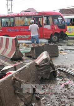 Lật xe khách trên đại lộ Bình Dương, 12 người bị thương nặng