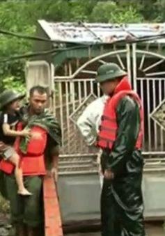 Xúc động hình ảnh người lính sát cánh với dân trong mưa lũ