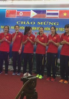 Tuyển nữ Việt Nam nhún nhảy hát Nối vòng tay lớn phiên bản remix