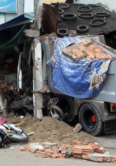 TP.HCM: Xe tải đâm sập nhà dân, một phụ nữ bị vùi lấp