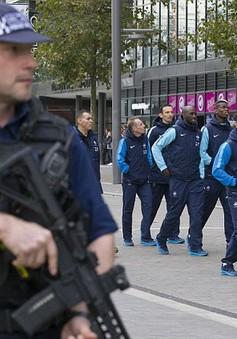 Cảnh sát có vũ trang theo sát tuyển Pháp ở Wembley