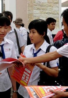 Nhiều trường dân lập phát tờ rơi tuyển sinh vào lớp 10
