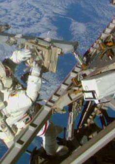 Các phi hành gia Mỹ chuẩn bị bước ra ngoài không gian