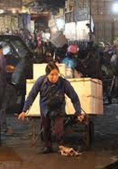 Cuộc sống khốn khó của những nữ cửu vạn tại chợ Long Biên