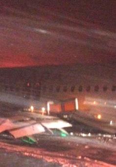 Canada: Máy bay văng khỏi đường băng do va cột điện