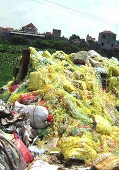 """Hãi hùng rác thải """"bủa vây"""" làng nghề tái chế nhựa Minh Khai"""