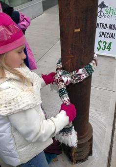 'Cột điện mặc áo' - món quà đặc biệt dành tặng người vô gia cư ở Canada