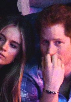 Hoàng tử Harry bí mật đính hôn với bạn gái xinh đẹp?