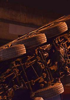 Hà Nội: Xe cẩu trọng tải lớn đổ sập trong đêm
