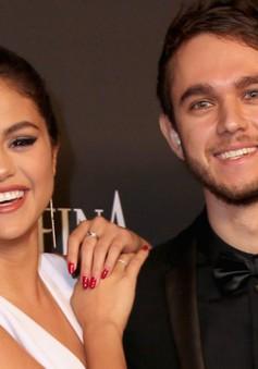 Selena Gomez bất ngờ tình tứ bên trai lạ