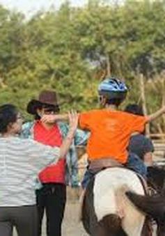 Trẻ tự kỉ thích thú khi được chữa bệnh bằng cưỡi ngựa