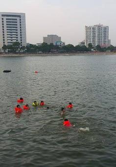 Bất chấp cảnh báo, hồ Linh Đàm vẫn đông người tắm
