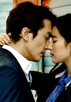 """Song Seung Hun """"khóa môi"""" Lưu Diệc Phi say đắm"""