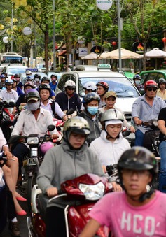 Thu phí bảo trì đường bộ với xe máy: Mỗi nơi một kiểu