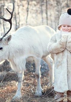 Khoảnh khắc cực dễ thương của các em nhỏ bên động vật