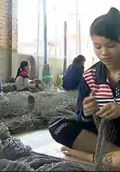Phụ nữ Khánh Hòa nhọc nhằn mưu sinh với nghề vá lưới