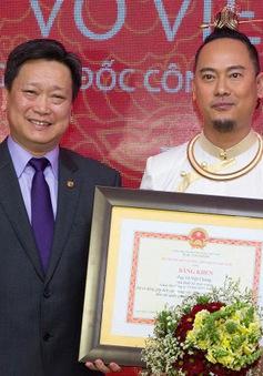 NTK Võ Việt Chung nhận bằng khen vì quảng bá áo dài Việt