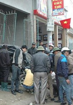 Nghệ An: Xe tải mất lái tông nát xe 4 chỗ